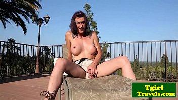 Travesti se masturbando ao ar livre
