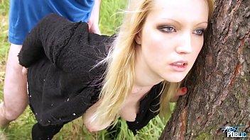 Blonda Prinsa Si Violata In Padure De Vecinul Ei Care Este Nebun