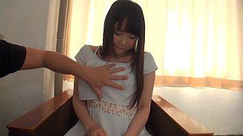 巨乳娘が両手をちん○んに添えてフェラチオしてるの結構興奮するわ