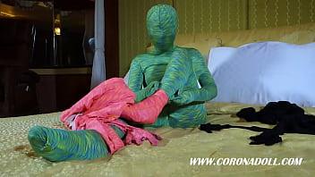 Девушка трахается с резиновой куклой