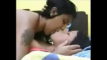 Delicioso beso lesbico de dos putitas