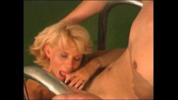 ПОРНО РУССКИХ: Молодой парень трахает зрелую мамочку