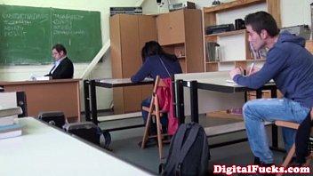 В классе выебали учительнецу вовсе щели