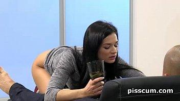 Пьют собственную мочу порно