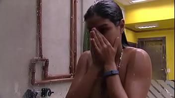Munik Nunes de calcinha tomando banho no BBB16