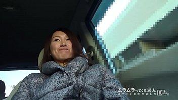 XVIDEO 素人熟女が車内で手マンされる