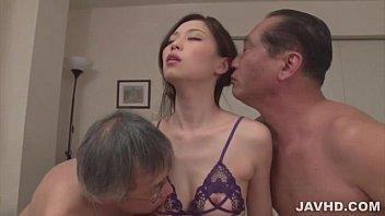 2人のおやじに愛撫され、肉棒をしゃぶり、突きまくられる美女