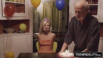 Blonda Curva Salvata De Un Vecin Ca Nu Voia Sa Futa Si Sa Omoare De Inima Un Client Mos