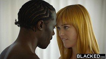 ブロンド美女が黒人男性のでかい肉棒をしゃぶり、突きまくられます