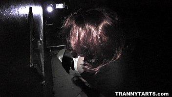 男娘動画 隣の部屋から出てくる男根を口に含む