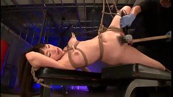 緊縛された身体に棍棒のように太いディルドをねじ込まれ痙攣が止まらないほどアクメする美女