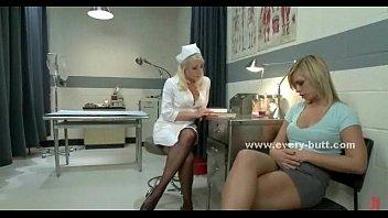 Сексуальная блондинка в короткой юбке