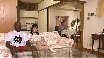 ホームステイに来ている黒人男性の太い肉棒を受け入れてしまう人妻