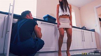 xxarxx برازرس  أمي يساعد لها خطوة ابنة الحصول على بعض القضيب