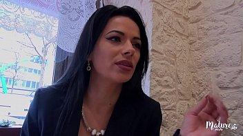 cover video Cosmina Une Mature Sexy Ferait Tout Pour Le Plaisir De Son Mari Meme Le Tromper
