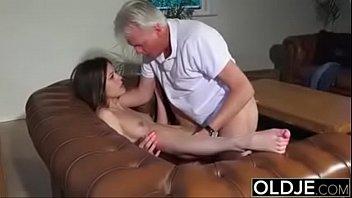 Sampaporno velho comendo a bucetinha da novinha