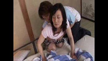 【レズの潮ふき・オナニー動画】(レズビアンビアン)魅惑的な下着から美巨乳おっぱいをさらけ出す50代人妻母がムスコとはじめるSEX
