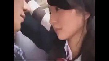 【JKギャルの動画】(キスのみ)満員電車で密着した男とJK。ふと唇が触れ合うと、女の手がどーゆーわけか男の股間へ