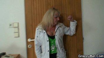 xxarxx Blonde granny pleases a stranger