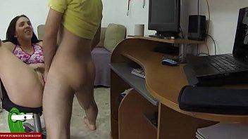 Quitandole todos los tornillos a la silla del escritorio mientras follan encima de ella gui011