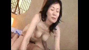 色白肌の巨乳熟女母がオマ○コ開いて息子を受け入れる近親相姦!