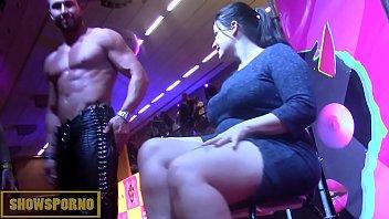 Un Barbat Face Striptis Si Dupa Fute Femeile In Gura