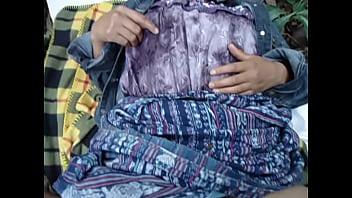 Chica indígena de guatemala haciendo el amor en...