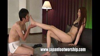 【M男とギャル動画】マニアック:秋吉ひな スラっと伸びた美脚でM男の顔を挟み込みチ〇コを脚コキするモデル級美女のひなちゃんがエロカワ!