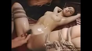 荒縄で縛られて身動き取れない巨乳美女が責められて身を捩って悶える姿がタマラン!