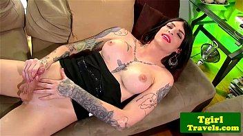 Travesti tatuada batendo punheta e mostrando tudo
