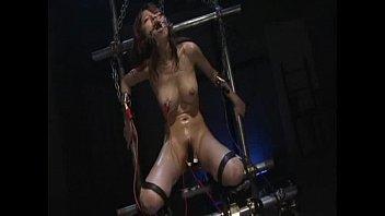 ガチガチに拘束・緊縛された美女がヨダレを垂らしながら行うハード調教プレイ。