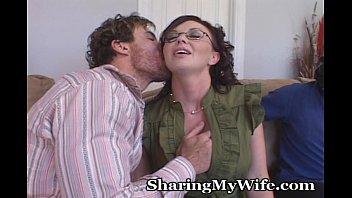 夫の見ているところで他の男性に愛撫され、肉棒をしゃぶる人妻