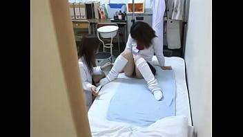 レズビアン秘密撮影 ナプキン派のJKにタンポン指導するモデル保健医のちょっとセックスな保健体育(前編)