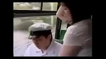 バスの中で男子学生の肉棒をしごく美熟女