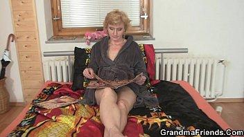 Белокурая бабушка раздевается на кухне