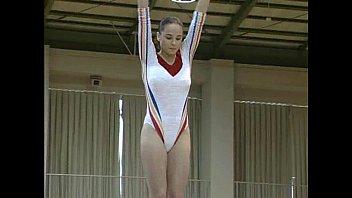オリンピック女子体操選手がトップレスで演技披露