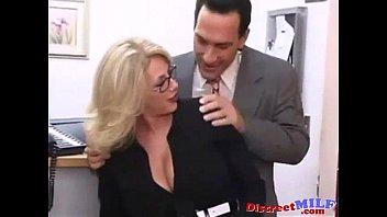 В кабинете на столе трахает секретаршу в чулках