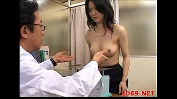 【巨乳】巨乳大好きなエロ医者に無防備に揉まれる女性患者w