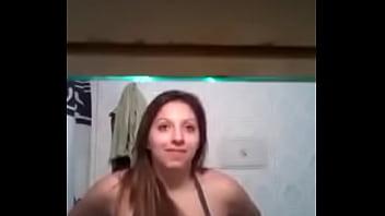 Rubia tetona enseña las tetas en el baño