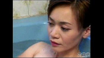 セックス前にバスタブでくつろぐ巨乳熟女の湯船に浮かぶいやらしい乳房