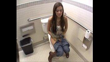 Mocinha encontra homem no banheiro e veja o que...