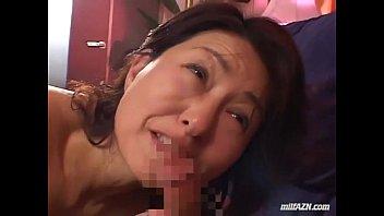 【フェラ】若い男の身体に舌を這わせてチ○ポをフェラする淫乱巨乳熟女が悶えまくる