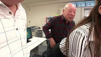 パソコン教室に参加する5人の老人にやられまくる美人インストラクター