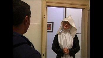 Святой отец трахнул монашку и прихожанку