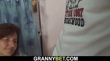 xxarxx خياطة الجدة كبير في العمر يرضي الشاب