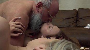 Sex Cu Bunicul Barbos Isi Fute Ambele Nepoate