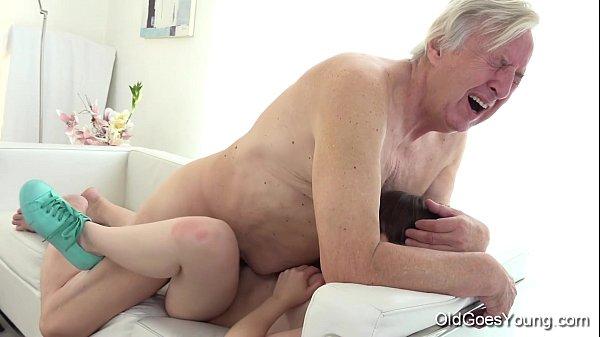 Bunicul Isi Fute Nepoata Cea Mica Si Curva Xxx
