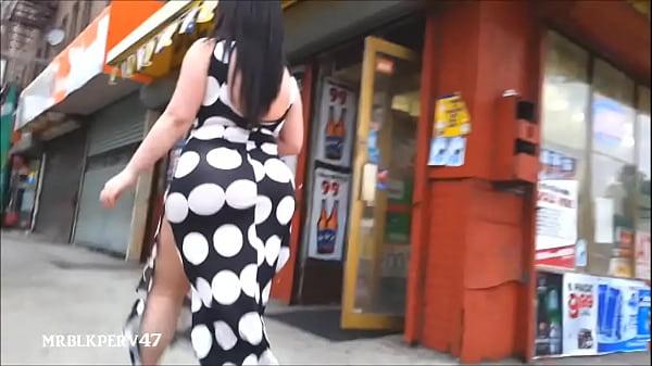 Большие жопы гуляют по улице