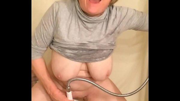 【外国人熟女動画】還暦を超えたアメリカン人熟女さんがシャワーを使って激エロなオナニー配信!!
