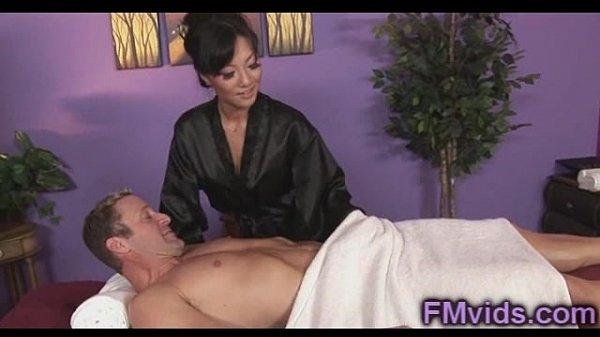 Красотка получила секс втроем после массажа